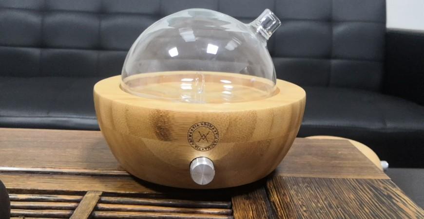 Szklany aroma-dyfuzor zalecany przez aromaterapeutów.